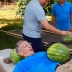 Американец установил рекорд по нарезанию арбузов на животе