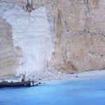 В Греции на пляже обрушилась скала