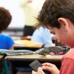 В азербайджанских школах могут запретить мобильные телефоны