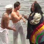 Телеведущая в Британии столкнула ассистента в реку в прямом эфире