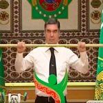 Президент Туркменистана поднял золотую штангу