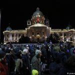 В Белграде тысячи протестующих поддержали избитого оппозиционера