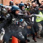 """Французская полиция применила слезоточивый газ для разгона """"желтых жилетов"""""""