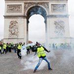 Полиция применила дымовые шашки для разгона демонстрантов в Париже
