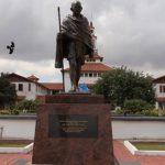Африканцы обиделись на Ганди за расизм и отомстили