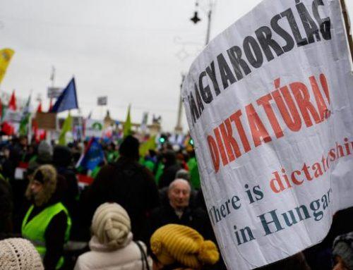 Тысячи венгров протестуют против политики Орбана