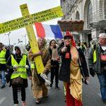 """В Париже на акцию протеста """"желтых жилетов"""" собрались сотни женщин"""