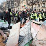 """В Париже произошли столкновения между полицией и """"желтыми жилетами"""""""