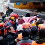 Из-под завалов рухнувшего дома в Стамбуле спасатели извлекли подростка