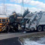 В США школьный автобус влетел в мусоровоз