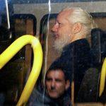 Сноуден заявил, что его шокируют обвинения США против Ассанжа