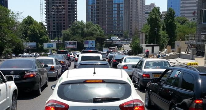 В распространении коронавируса в Баку виноваты владельцы частных автомобилей?