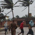 На востоке Индии из-за циклона отменяют поезда и закрывают аэропорты