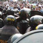 В Индонезии полиция применила слезоточивый газ для разгона протестующих
