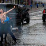Феминисток напавших на кортеж президента США в Париже оштрафовали