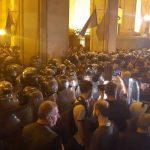 Митингующие в Тбилиси перекрыли центральный проспект Руставели