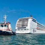 В Венеции столкнулись круизный лайнер и туристический теплоход