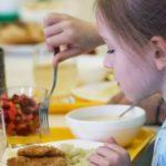 Нездоровая пища: чем кормят в детсадах и школах страны?