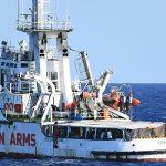 Мигранты стали бросаться в воду с судна Open Arms