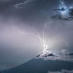В Гватемале фотографу удалось запечатлеть удар молнии в вершину вулкана