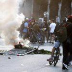 Автомобиль наехал на толпу протестующих в Чили