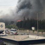 Сильный пожар начался на рынке строительных материалов — Видео