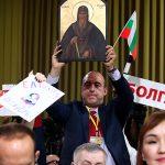 Во время пресс-конференции Путину пытались подарить икону