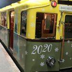 Дед Мороз и Снегурочка преподнесли маленьким пассажирам метро подарки