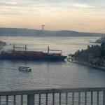 В Стамбуле при проходе через пролив Босфор сухогруз врезался в берег