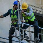В Баку рабочий упал с высоты