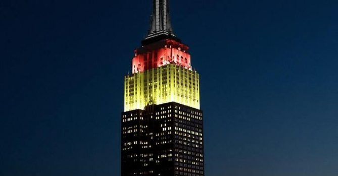 Empire State Building в Нью-Йорке подсветили в честь борцов с коронавирусом