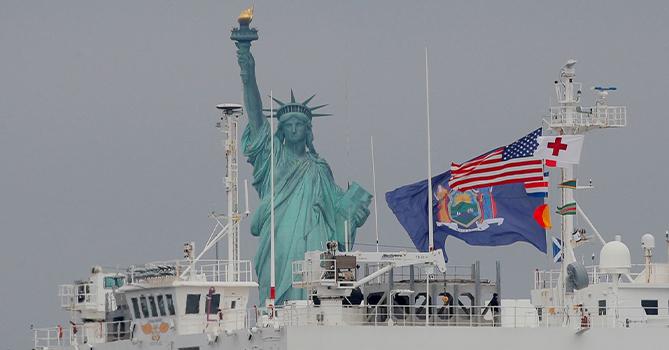 В Нью-Йорк прибыл плавучий госпиталь ВМС США
