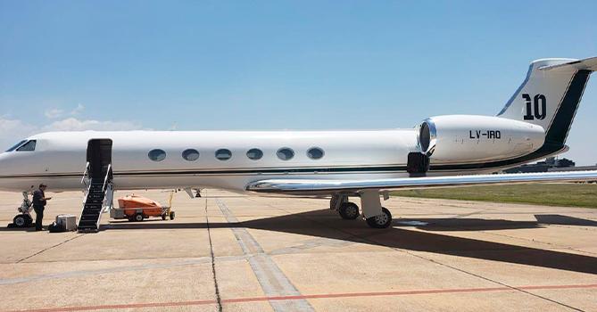 В Брюсселе совершил аварийную посадку частный самолет Месси
