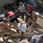 На месте крушения Airbus 320 в Пакистане спасатели нашли живого младенца
