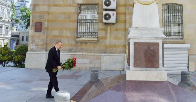 Ильхам Алиев посетил памятник, возведенный в честь Азербайджанской Демократической Республики