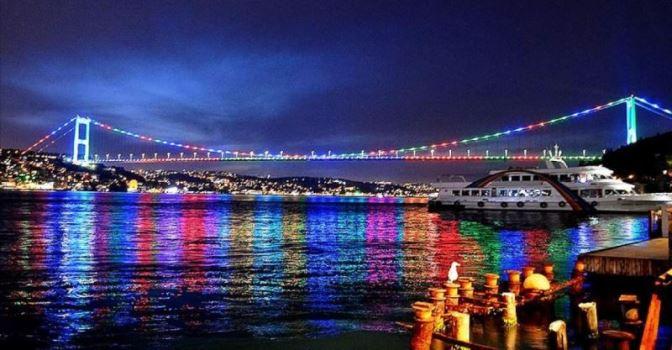 Мосты Стамбула и Галатская башня в цветах флага Азербайджана