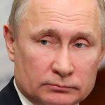 Путин поручил продлить до конца лета выплаты медикам за борьбу с COVID-19