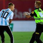 Ла Лига подаст в суд на выбежавшего на поле фаната