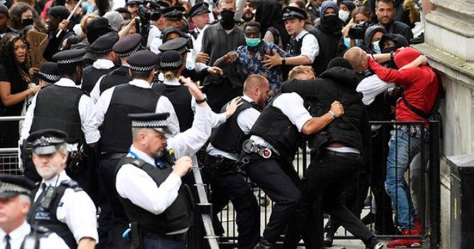 Протестующие в Лондоне устроили «штурм» резиденции премьера