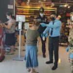 В Баку на входах в магазины организованы полицейские посты