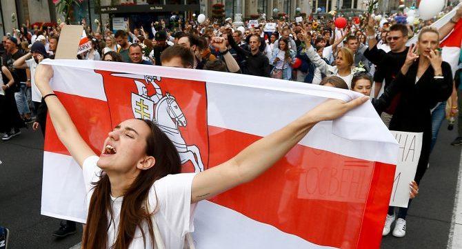 Протестующие в Минске закидали Управление милиции бутылками и камнями