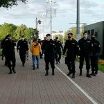 В центр Минска стягивается военная бронетехника, в том числе БТР