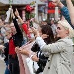 Число участников акции солидарности с протестующими в Минске растет