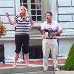 В США на съезде республиканцев выступили супруги, вышедшие с оружием к протестующим