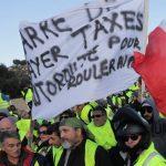 В Париже против протестующих полиция применила слезоточивый газ