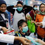 В Индонезии нарушителей масочного режима прокатили в катафалках для умерших от COVID-19