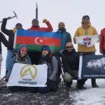 Патриотизм на высоте 4466 метров: альпинисты водрузили флаг в солидарность с Азербайджаном