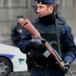 В Париже на акции против санитарных пропусков полиция распылила перцовый спрей