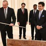 Гендиректор ИСЕСКО вручил памятный подарок президенту Азербайджана по случаю Победы