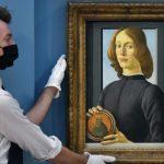 Картина «Молодой человек с медальоном» Боттичелли продана за $92 млн